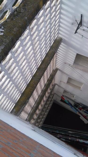 restauración patio interior pintura blanca